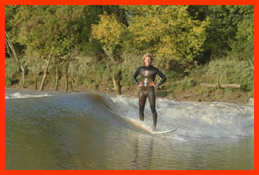 Bebe Durbridge river surfing Bordeaux, so much fun.